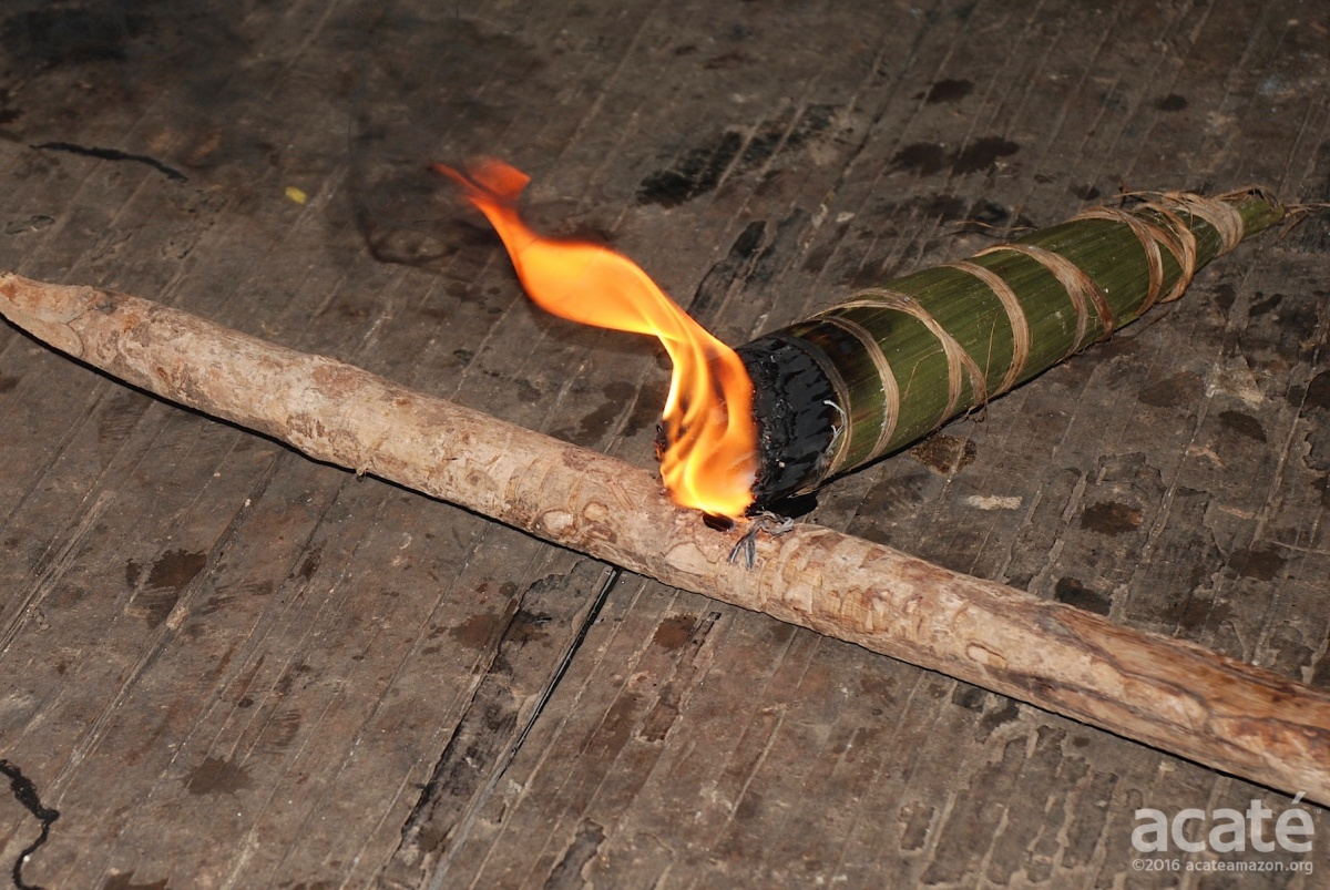 Slow burning traditional torches using copal resin provided light, emitting a pleasant odor that repelled insects©Acaté