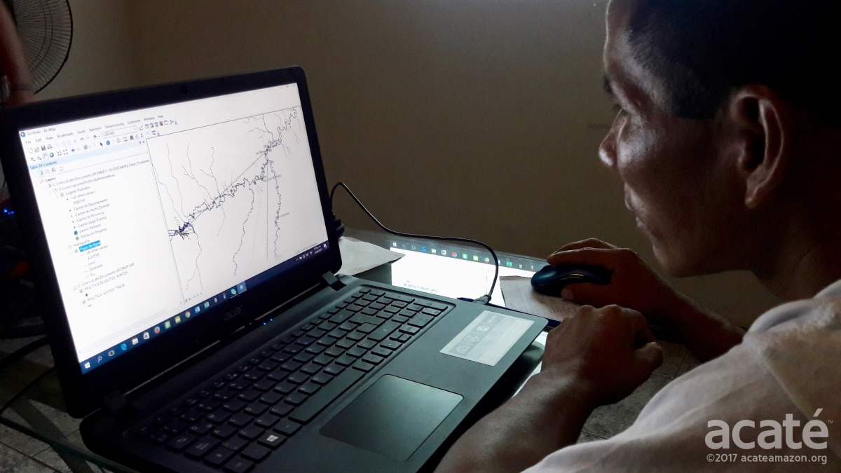 Matsés apprentice Mariano Lopez learning the mapping software, Iquitos, February 2017 ©Acaté